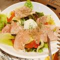 料理メニュー写真半熟卵と生ハムのサラダ