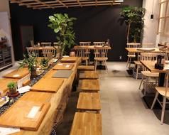 店内中央に位置する大テーブル