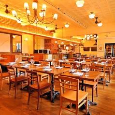 【テーブル席】2~4名様向け。開放感のあるフロアのテーブル席は、お食事会やサク飲みにもおススメ◎広々とした空間には、様々なタイプのお席をご用意!オシャレな店内でゆったり♪1名様からご利用いただけます。是非、お気軽にお立ち寄りください★