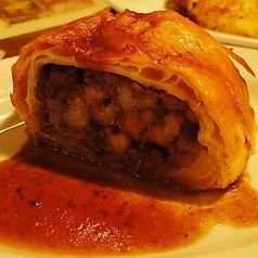 3時間煮込んだ豚肉とミルポワのパイ包み焼き