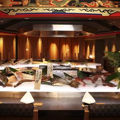 鮮魚が並ぶアイスベットを前に贅沢なディナーを!