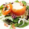 料理メニュー写真京トマトの中に自家製お豆腐のサラダ