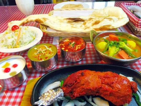 目立つ店構えで観光地へのアクセスも◎田辺エリアでインド人の本格料理が味わえる店。
