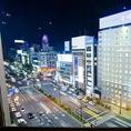 店内から見えるススキノの夜景。ビル9階からススキノ中心部を一望できる最高のロケーションで美味しいお酒をお楽しみください。