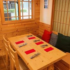 木のぬくもりを感じられるテーブル席です。