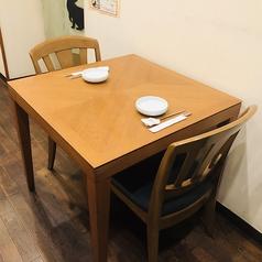 2名様ご利用可能のテーブル席ございます。