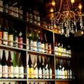 店内にズラリと並ぶお酒の数々。お酒の種類は変動するので、何度通っても新しい発見がきっとあるはず。