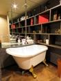 清潔感のあるトイレは手洗いスペースがユニークな造りに。