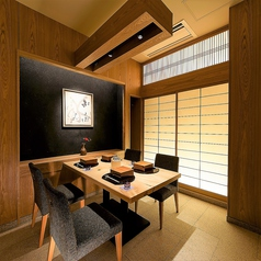 外国人のお客様でもお寛ぎいただけるテーブル席も完備しております。木を基調とした温かみ溢れる空間でご宴会はいかがでしょうか?京橋駅直結と好立地なので待ち合わせにも便利です。会席もお客様の利用シーンに合わせてお選びいただけるよう、種類豊富にご用意しております。一皿に込めた職人の心意気をお楽しみください。