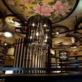 和と洋の調和がとれた店内は全ての装飾が美しく、見る人を非日常へご案内いたします。