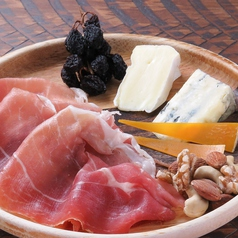 生ハムと3種のチーズの盛り合わせ