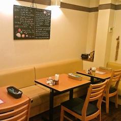 奥左側3テーブル席右側と同様になっております。壁には、デザートメニューと今月のグラスワイン赤、白3種づつと、グラスのスパークリングワインが書いてあります。ご覧ください。