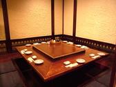 8名様テーブル席はテーブルを囲んでお食事頂けます。会話がしやすいので、オススメのお席です。
