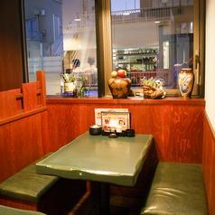 4名のボックス席はプライベート感あり♪グリーンのテーブルとソファがおしゃれかも★