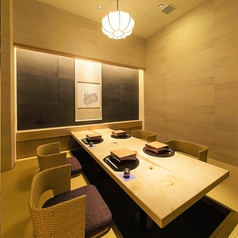 掘りごたつ個室は21室完備しております。襖・壁ありで2名様~ご利用いただける完全個室の静謐な空間となっており、どなたさまでもゆったりとリラックスして優雅なひと時をお過ごしいただけます。お客様の利用シーンに合わせてお部屋をご用意させていただきますので、お気軽にご相談くださいませ。