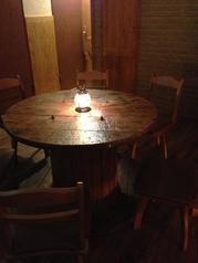 こちらの丸いテーブルは、皆の顔を見ながらお話し出来ますね!合コンやお友達などと楽しくワイワイ楽しめます!
