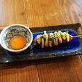角打では、日本酒や焼酎に合うオススメ一品料理を多数ご用意しております。ナンコツ入り醤油照り焼きの「つくねん棒」や、食べ応え抜群の肉厚な「ホッケの開き」は酒の肴にぴったり♪茅場町でおいしい日本酒が飲める居酒屋なら角打♪