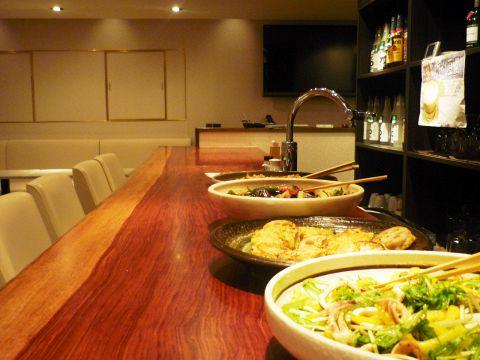 季節の食材を使った手作り大皿家庭料理が食べられるダイニング&ラウンジ