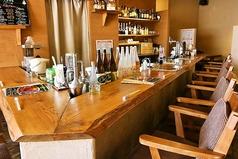 カウンターはお酒を作るところも見られる特等席!