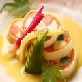 料理メニュー写真スモークサーモンとモッツァレラチーズ・生麩を湯葉で巻いた京都巻き 西京味噌ビネガーソース