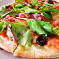 料理メニュー写真スモークサーモンと生ハムのサラダピザ