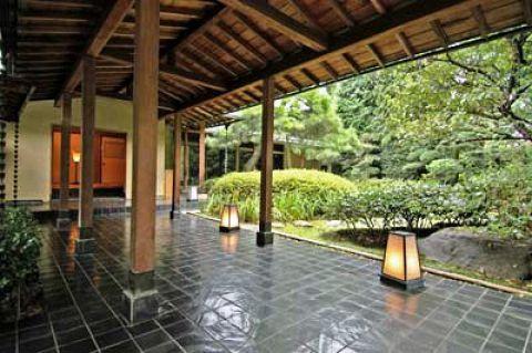 氷川神社参道脇にある明治十八年に創業した料亭です。