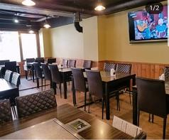 ゆったりとした席、広々したテーブルに開放的な明るい店内!大型テレビも完備♪