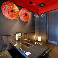 【2階:掘りごたつ席】2階の掘りごたつ席は、京町家風の佇まいでしっとりした雰囲気。壁に飾られた和傘と天井の朱色がお洒落です。(2~4名様用のテーブルが2卓 スダレ仕切り有 ※お席は2時間制となります。)