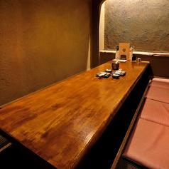 ご友人とのお食事にも最適な、和モダンな掘りごたつ個室。足を伸ばして座れるので、疲れることもございません。