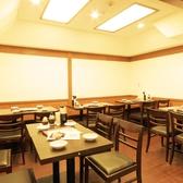 【テーブル席:4×3】店内は落ち着いた雰囲気でゆっくりとお食事をお楽しみ頂けます!会社帰りにサクッと飲むのにも最適★種類豊富なメニューをご用意しております!