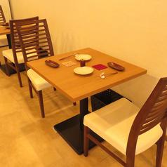 2人掛けテーブル席は、記念日としてのご利用にもおすすめ。