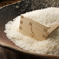 お米は兵庫県美方郡のブランド米【みかた棚田米(コシヒカリ)】をガス火でふっくら炊き上げております。コース〆の「鶏の土鍋ごはん」は〆なのにもっと食べたくなる旨みの多いごはん☆土鍋で炊くからより旨みが濃縮されており、つややかです☆噛めば噛むほど甘味のでる、味わってほしいお米です☆