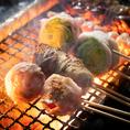 串打ちから焼きに至るまで一本一本手作りで調理した当店おすすめの串焼きは、その日使用する食材を一本一本「手打ち」で仕込んでおります。遠赤外線効果でじっくりと焼き上げる串焼きの美味しさは格別。焼酎のお供にも最適な自慢の逸品をぜひご賞味ください。