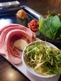 韓国特産の玉石板で焼き上げるお肉は本場の味そのもの!余分な脂を落としうま味だけ残ったサムギョプサルを是非ご賞味ください♪
