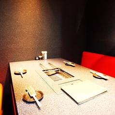 4人掛けのテーブルと6人掛けのテーブルを2つずつご用意しております。ご来店頂く人数に合わせてお選びください。