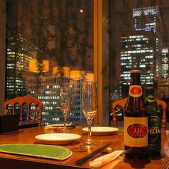 夜景の見えるお席が大人気★東京駅八重洲口に面した大きな窓からは夜景を一望できます。