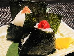 料理メニュー写真おにぎり二個(梅・鮭・明太子)