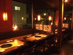 テーブル席は4名様が11席ございます。仕切りは取り外し可能なので、多人数にも対応出来ます。