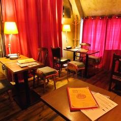 【3階屋根裏部屋】夜のテーブル席はオトナな雰囲気…♪お洒落な店内を満喫できます。