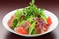 料理メニュー写真イタリアパルマ産生ハムとパルミジャーノのグリーンサラダ