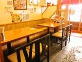 店内入り口側のテーブル席