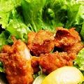 料理メニュー写真特製タレに漬け込んだ若鶏の唐揚げ