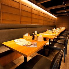 仕事帰りやお打合せを兼ねた食事会などに最適なテーブル席。窓際にあるテーブル席は少し明るめのお席となっていますので、仕事の打合せを兼ねた食事会などに最適です。窓際にあるテーブル席は少し明るめのお席となっていますので、仕事の打合せを兼ねた食事会などに最適です。