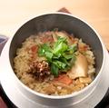 料理メニュー写真卓上炊き上げ!とり釜めし~オーガニックきく芋使用の醤油添え~