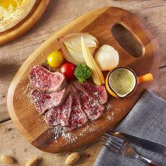 料理メニュー写真牛タリアータとロックフォールチーズソース