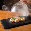 料理メニュー写真カマンベールチーズといぶりがっこ~ワイングラスで燻製~