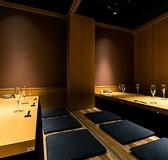 【完全個室6~12名様】ふすまの扉で仕切られた和個室。時間を忘れておいしい料理とお酒を愉しめます。大事な接待や合コンにぴったりのお部屋です。