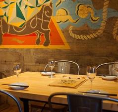 広々4名様用テーブル。2名~4名の会社宴会に。ご友人同士・デートなどにお勧め! ※金土祝前日のお席のみのご予約は2時間制をお願いしております。