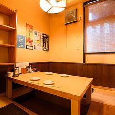 【半個室/掘りごたつ:4名席(2卓)】木の質感が温もりを感じる4名様まで対応可能の半個室。気軽にご利用いただけるお部屋です。接待などのビジネス利用から普段使い、プライベートでの時間まで、幅広くご活用いただける半個室。季節の素材を味わいながら、会話に華を咲かせてみては。