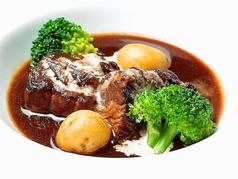 料理メニュー写真じっくり煮込んだ牛バラ肉の赤ワイン煮込み